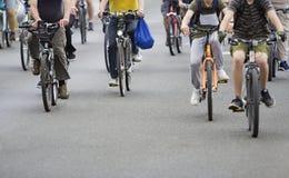 Ciclisti nel traffico sulle vie immagini stock libere da diritti