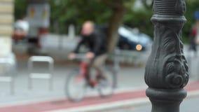 Ciclisti nella città video d archivio