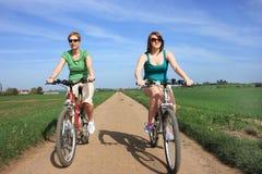 Ciclisti parallelamente fotografia stock