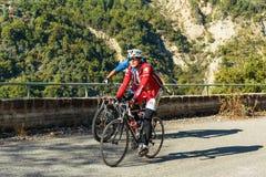 Ciclisti su una strada della montagna nel Alpes-Maritimes Fotografie Stock