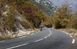 Ciclisti su una strada della montagna nel Alpes-Maritimes Immagine Stock