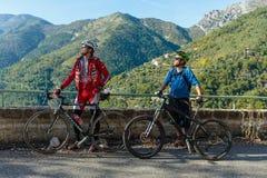Ciclisti su una strada della montagna nel Alpes-Maritimes Immagini Stock