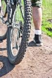 Ciclisti sulla strada polverosa. Fotografie Stock