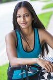 Ciclo asiático indio de la aptitud de la muchacha de la mujer joven fotografía de archivo libre de regalías