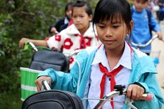 Ciclo asiatico di giro della bambina dalla scuola Fotografia Stock Libera da Diritti