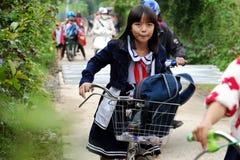 Ciclo asiatico di giro della bambina dalla scuola Fotografia Stock
