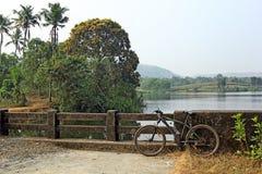 Ciclo che visita nella campagna pittoresca del Kerala India Immagini Stock