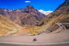 Ciclo cuesta abajo en las montañas rusas Fotos de archivo libres de regalías