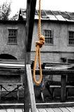 Ciclo da una corda su un'impalcatura per l'uomo appeso fotografie stock