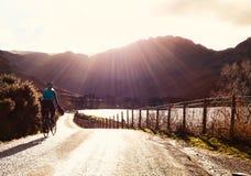 Ciclo de relajación en las montañas fotos de archivo libres de regalías