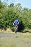 Ciclo del ejercicio de Male Cyclist And del atleta imágenes de archivo libres de regalías