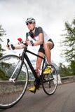 Ciclo en declive del camino de la muchacha Fotografía de archivo