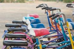 Ciclo en la prisa de la ciudad grande. Imagen de archivo libre de regalías