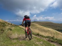 Ciclo en las montañas fotografía de archivo libre de regalías