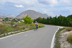 Ciclo en las montañas con paisaje imponente Fotos de archivo