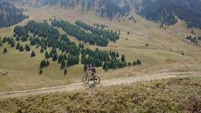 Ciclo en las montañas Pendiente de la montaña en bici almacen de video