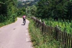 Ciclo en los Cárpatos rurales fotografía de archivo libre de regalías