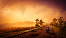 Ciclo en los caminos rurales Imágenes de archivo libres de regalías