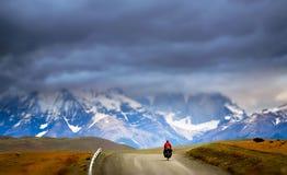 Ciclo en Torres del Paine NP imágenes de archivo libres de regalías