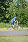 Ciclo impasible de Retiree Male Cyclist del atleta fotografía de archivo libre de regalías