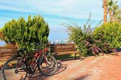 Ciclo a lo largo de la costa fotos de archivo