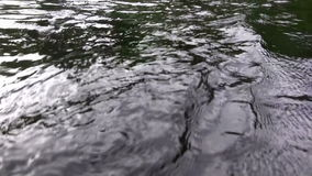 (Ciclo perfetto) primo piano arrabbiato scuro delle acque archivi video