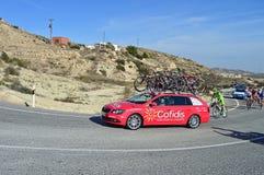 Ciclo que compite con el vehículo de la ayuda de los Cofidis Foto de archivo