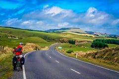 Ciclo que viaja en Nueva Zelandia imágenes de archivo libres de regalías