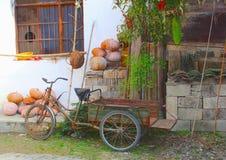 Ciclo retro rústico de la bici y de la portadora en Hongcun, China Fotos de archivo
