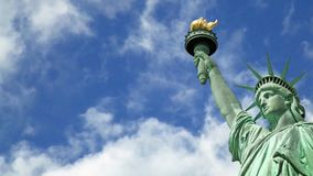 Ciclo senza cuciture - cielo blu con le nuvole commoventi, video della statua della libertà di HD stock footage