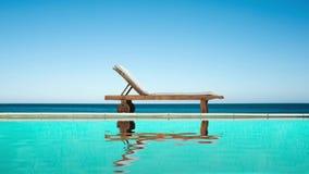 Ciclo senza cuciture - sedia adagiantesi vicino ad una piscina, ad un mare e ad un cielo blu, riflessioni dell'acqua, video HD royalty illustrazione gratis