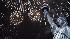 Ciclo senza cuciture - statua della libertà, fuochi d'artificio del cielo notturno, video di HD