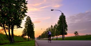 Ciclo solamente en la salida del sol Foto de archivo libre de regalías