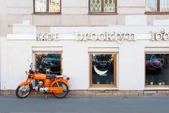 Ciclomotor anaranjado imagenes de archivo