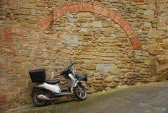 Ciclomotor en el camino inclinado fotos de archivo libres de regalías