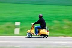 Ciclomotor en el camino rural Imagenes de archivo
