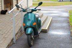 Ciclomotor parqueado foto de archivo libre de regalías