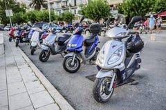 Ciclomotores en el estacionamiento de la ciudad Foto de archivo