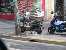 Ciclomotores en la acera en Shangai imagen de archivo libre de regalías