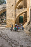 Ciclomotori, moschea di Selimiye, Cipro Immagine Stock