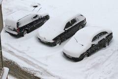 Ciclone do inverno Ruas Uncleaned com os montes de neve pesados após a queda de neve na cidade, carros sob a neve Estradas gelada Foto de Stock
