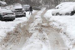Ciclone do inverno Ruas Uncleaned com os montes de neve pesados após a queda de neve na cidade, carros sob a neve Estradas gelada Fotos de Stock