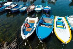 Ciclopi-Boote dei Jachthafen Aci Trezza beherbergten, Sizilien Stockbilder