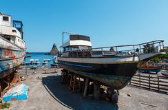 Ciclopi-Boote dei Jachthafen Aci Trezza beherbergten, Sizilien Lizenzfreies Stockfoto