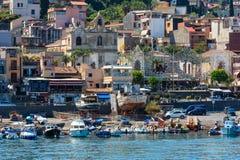 Ciclopi-Boote dei Jachthafen Aci Trezza beherbergten, Sizilien Stockfotos