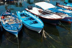 Ciclopi-Boote dei Jachthafen Aci Trezza beherbergten, Sizilien Stockfotografie