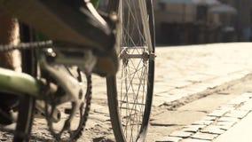 Ciclos do homem na cidade vídeos de arquivo