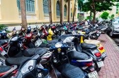 Ciclos e 'trotinette's de motor em um passeio de Ho Chi Minh City fotos de stock
