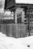 Cicmany,斯洛伐克 老木房子在斯洛伐克村庄Cicmany在冬天 从Cicmany的装饰品和斯洛伐克伙计发出答答声 免版税库存图片