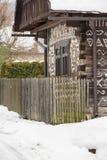 Cicmany,斯洛伐克 老木房子在斯洛伐克村庄Cicmany在冬天 从Cicmany的装饰品和斯洛伐克伙计发出答答声 免版税图库摄影